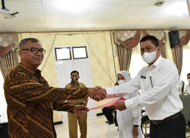 Wali Kota Payakumbuh, Riza Falepi menyerahkan SK pegawai PPPK Pemko Payakumbuh.