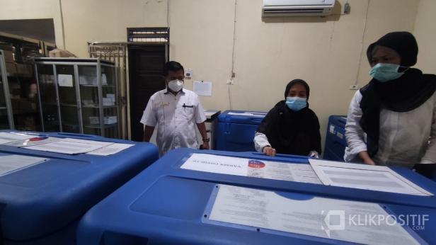Kadiskes Payakumbuh dr. Bakhrizal saat berada di gudang farmasi tempat penyimpanan vaksin.