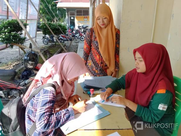 Petugas KPU Pasbar saat menerima pendaftaran pelamar PPK