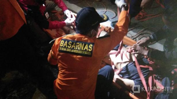 Korban RR saat dievakuasi oleh Anggota Pos SAR Lima Puluh Kota di dasar Jembatan Layang Kelok Sembilan.