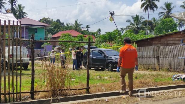 Suasana di lokasi penggeledahan sebuah rumah di Payakumbuh oleh Densus dan Kepolisian