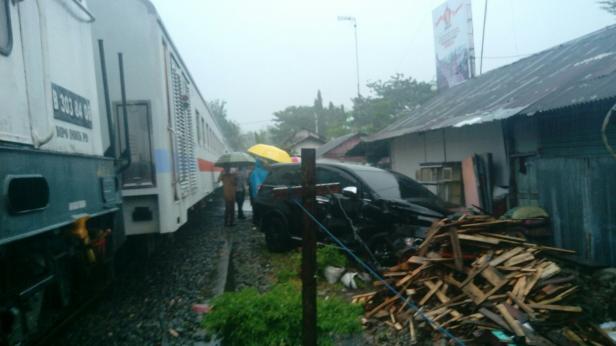 Mobil yang ditabrak kereta api