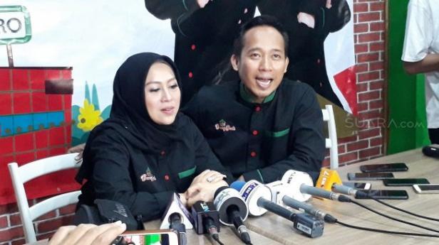 Denny Cagur dan istrinya, Santi Widihastuti di kawasan Bintaro, Jakarta Selatan, Minggu (7/4/2019).