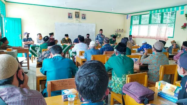 Ketua PDM Kabupaten Solok, Afrijal Harun saat membuka pengkajian bulanan di MtsM Bukik Kili