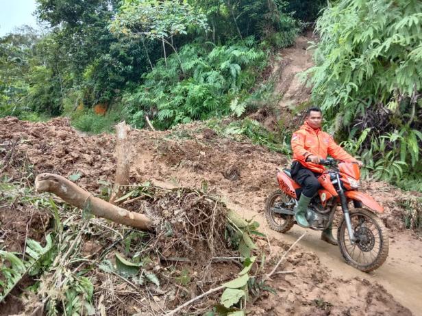 Personel BPBD Pessel ketika meninjau akses menuju Kampung Langgai yang tertutup longsor