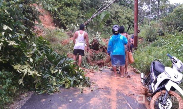 Tanah longsor di Jalan Talang Kuning Kampung Guo didaerah Jorong Kampung Guo, Nagari Rabi Jonggor, Kecamatan Gunung Tuleh