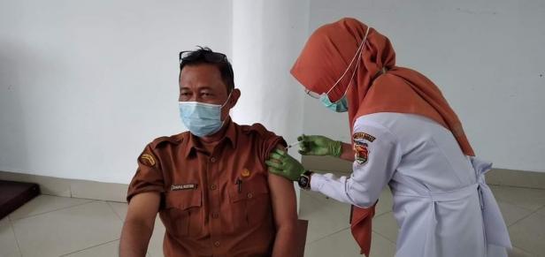 Sekda Kota Solok, Syaiful Rustam saat menjalani vaksinasi Covid-19