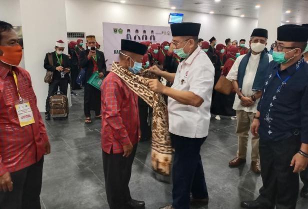Sekdaprov Sumbar Drs Alwis saat menyambut kafilah MTQ Nasional di BIM