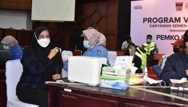 Salah seorang iatri karyawan mengikuti program vaksinasi di Gedung Serba Guna Semen Padang