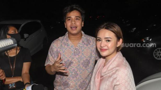 Pasangan selebritis Amanda Manopo dan Billy Syahputra saat ditemui di Kawasan Tendean, Jakarta Selatan, Selasa (11/8).