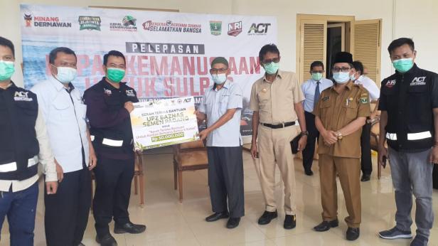 Kepala Pelaksana Harian UPZ Baznas Semen Padang Muhammad Arif (empat dari kiri) didampingi Gubernur Sumbar Irwan Prayitno, menyerahkan bantuan untuk korban bencana gempa di Sulawasi Barat kepada perwakilan ACT Sumbar beberapa waktu lalu