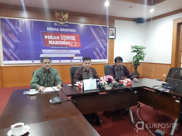 Kepala Perwakilan Bank Indonesia Sumbar Wahyu Purnama A (tengah)