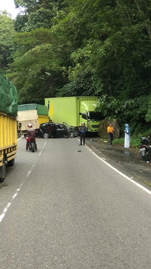 Laka Beruntun Jalan  Raya Padang Panjang-Bukittinggi Padang