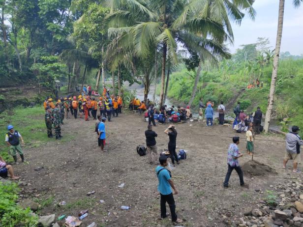 Suasana pencarian korban hanyut di Sungai Sempor, Sleman