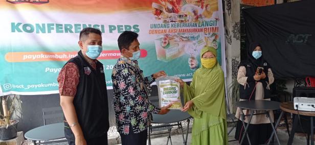 Penyerahan bantuan ACT Payakumbuh untuk warga membutuhkan.