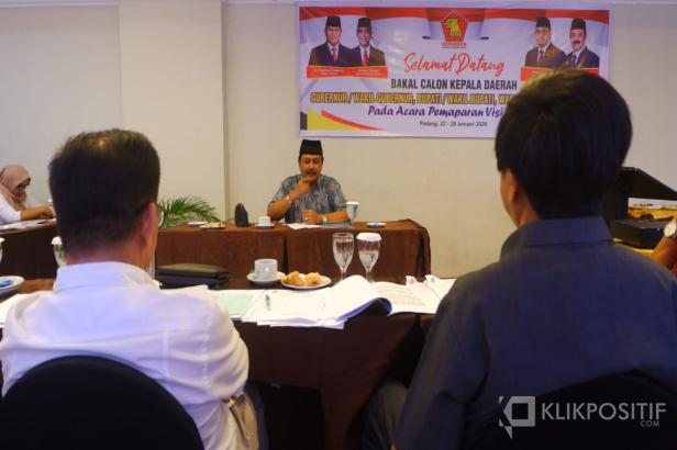 Seorang bakal calon Kepala Daerah dari Kabupaten Tanah Datar menyampaikan visi/misinya kepada tim assesmen Partai Gerindra