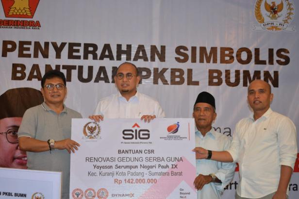 Andre Rosiade (dua dari kiri) dan Kepala Bidang Bina Lingkungan CSR Semen Padang Masykur Rauf (kiri) fpto bersama dengan penerima bantuan dari Semen Indonesia.