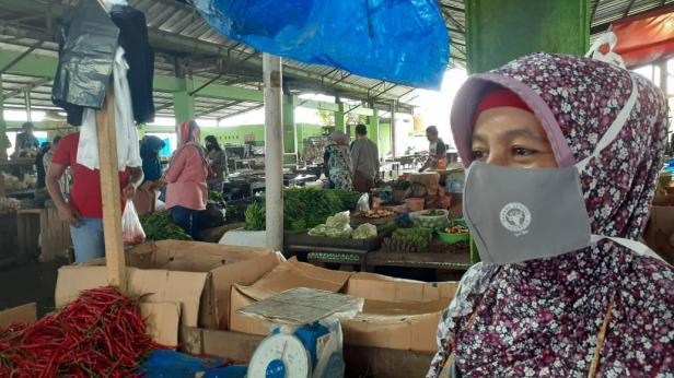 Pedagang Pasar Bandar Buat mengunakan maaker pemberian dari PT Semen Padang.