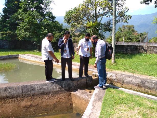Guru Besar Fakultas Perikanan dan Kelautan UBH Prof Dr. Hafrijal Sandri, MS bersama  Tim Konservasi Ikan Bilih PT Semen Padang meninjau kolam area pemijahan ikan bilih yang telah selesai dibangun.
