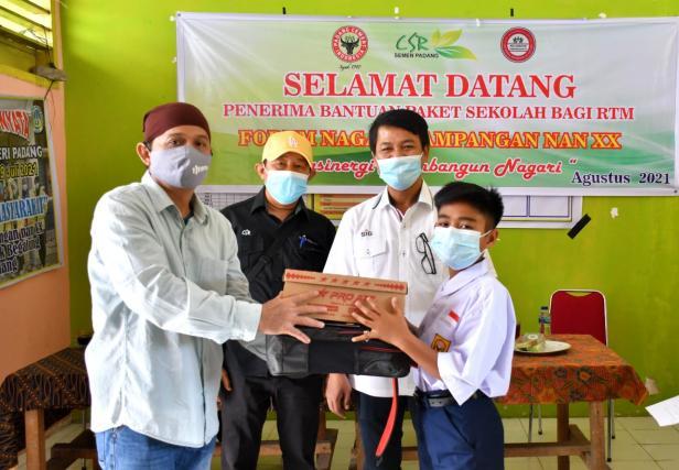 Ketua Forum Nagari Pampangan Nan XX Edison, menyerahkan bantuan paket pendidikan kepada perwakilan pelajar yang berasal dari keluarga RTM di Kelurahan Pampangan Nan XX, Kecamatan Lubeg, Kota Padang. Penyerahan tersebut turut disaksikan oleh Kepala Unit CSR Semen Padang Rinold Thamrin (dua dari kanan