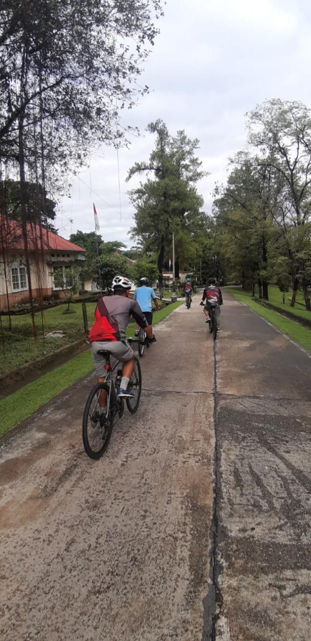 Anggota Semen Padang Bike Club tengah bersepeda di kawasan Bukit Atas, Indarung.
