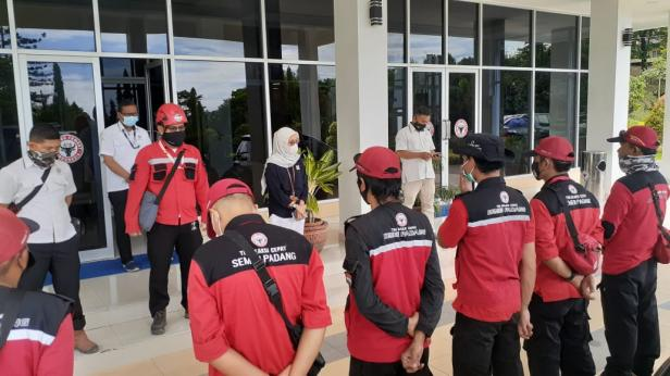 Kepala Unit Humas & Kesekretariatan PT Semen Padang Nur Anita Rahmawati memberikan arahan kepada relawan TRC Semen Padang yang sikirim ke lokasi bencana di Kota Solok, Rabu, 13 Januari 2021 di Wisma Indarung