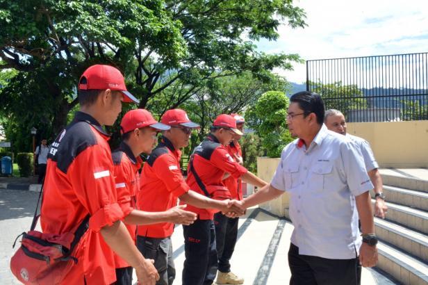 Direktur Utama PT Semen Padang Yosviandri, menyalami relawan TRC Semen Padang yang diberangkatkan ke lokasi bencana di Sijunjung