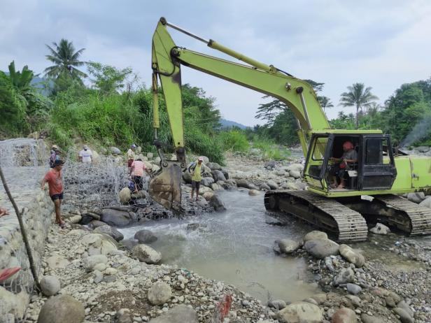 Sebuah alat berat tengah melakukan pengerukan proyek normalisasi intake Baringin beberapa bulan lalu.
