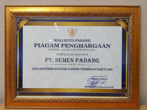 Piagam penghargaan dari Pemerintah Kota Padang atas Kontribusi Pajak Daerah Terbesar tahun 2020