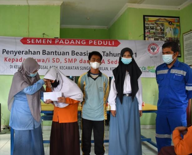 Semen Padang padang serahkan bantuan beasiswa dan pendidikan untuk pelajar Sei Sembilan, Kota Dumai, Provinsi Riau.