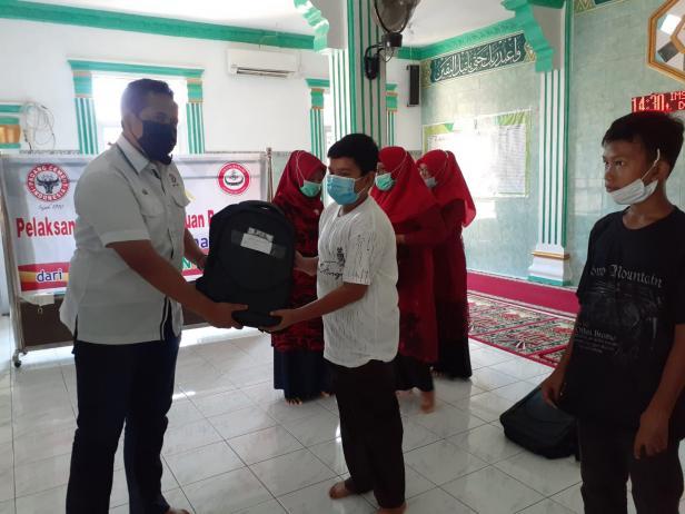Penyerahan bantuan paket pendidikan dari PT Semen Padang kepada 70 pelajar kurang mampu di Kelurahan Teluk Bayur, Kecamatan Padang Selatan, Kota Padang, Senin (6/9/2021).
