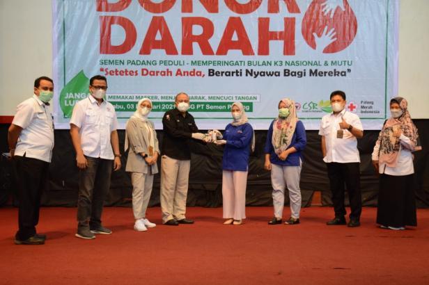 Kepala Departemen Komunikasi & Hukum Perusahaan PT Semen Padang Oktoweri (empat dari kiri) menyerahkan darah hasil donor kepada perwakilan PMI Padang, pada kegiatan donor darah, Rabu, 3 Februari 2021.