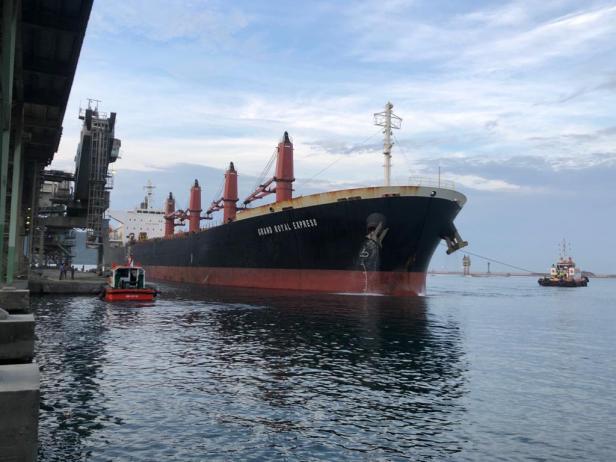 Kapal pengangkut semen dan klinker tengah bersandar di Pelabuhan Teluk Bayur.