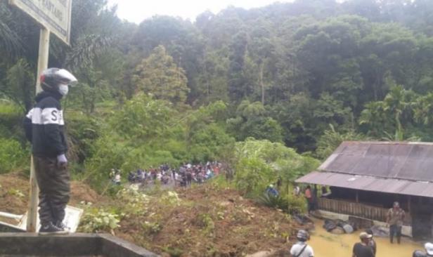 Longsor terjadi persisnya di KM 12 depan Kantor Wali Nagari Koto Rantang.