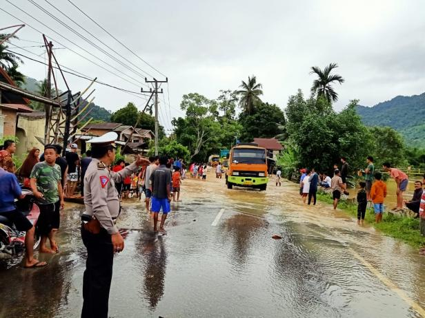 Satlantas Polres Pessel saat mengurai kemacetan lalin akibat banjir di Pessel