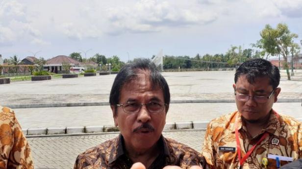 Menteri ATR/BPN, Sofyan Jalil mendampingi Presiden Jokowi melakukan pembagian sertifikat bidang tanah di Kulonprogo, Jumat (31/1/2020)