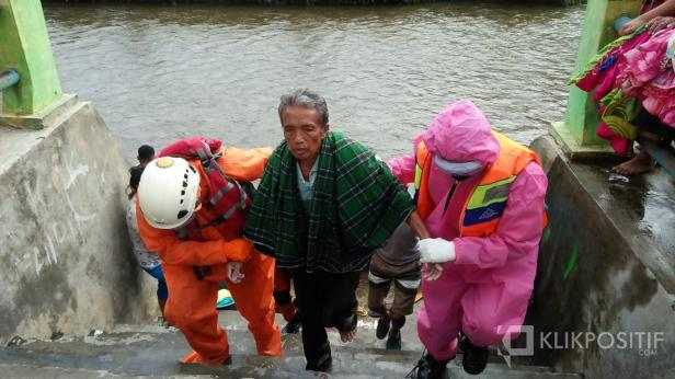 Warga Kecamatan Pangkalan Adri, saat dibawa Tim SAR dan relawan yang mencari sejak kemarin.