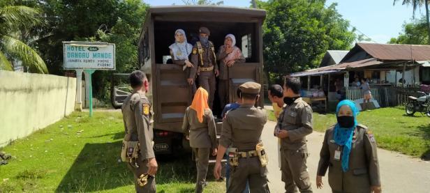 Petugas Satpol PP Padang saat membawa pasangan ke dalam mobil