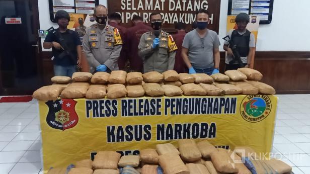Konferensi pers penangkapan narkoba jenis ganja seberat 100 kg.