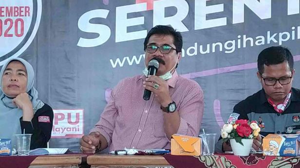 Ketua KPU Kota Solok, Asraf Danil (tengah)