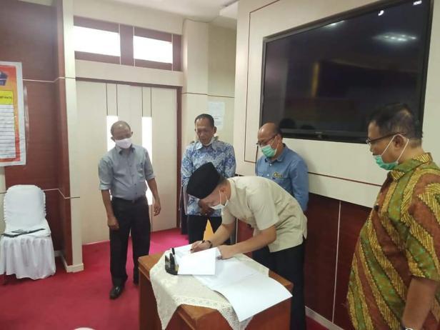 Plt. Ketua DPRD Kota Solok, Bayu Kharisma menandatangani berita acara kesepakatan penyempurnaan APBD-P Kota Solok tahun anggaran 2020