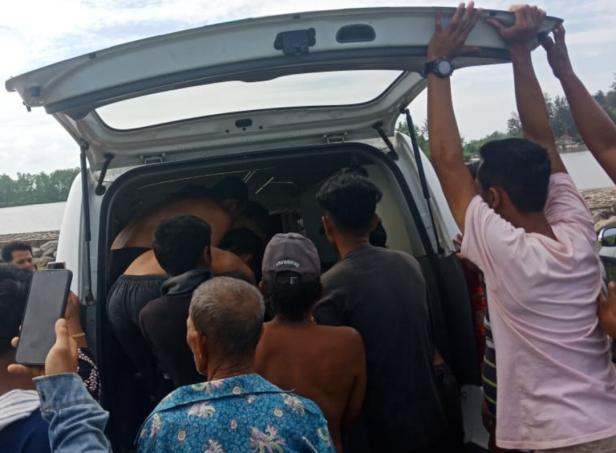 Korban saat dievakuasi menggunakan ambulance