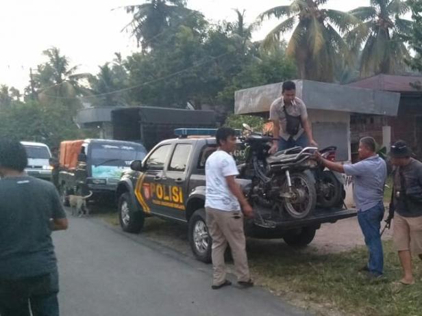 Polisi mengamankan pelaku dan menyita 8 sepeda motor di Pessel