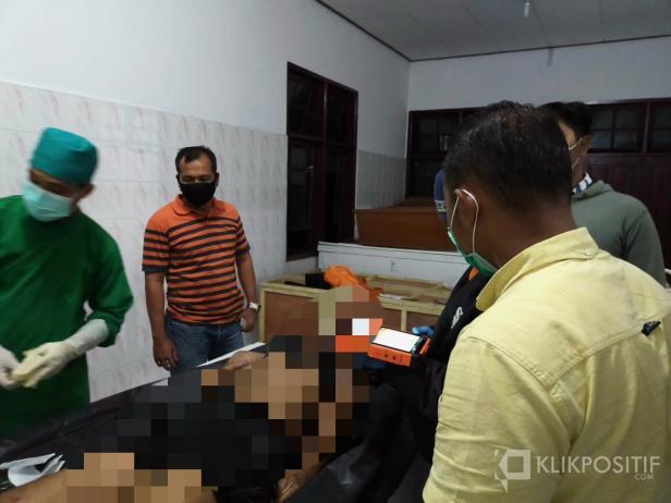 Korban yang jatuh di Jembatan Layang Kelok Sembilan saat dilakukan otopsi di RSUD Adnan WD Payakumbuh