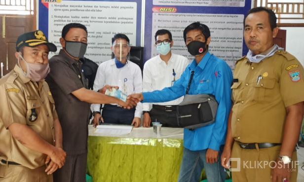 Kepala Dinas Sosial saat menyerahkan dana BLT kepada salah seorang warga di Nagari Kapa