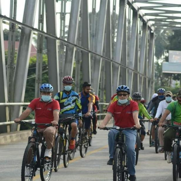 Pjs Bupati Solsel Jasman Rizal bersepeda dalam rangka Hari Kesehatan Nasional (HKN) tahun 2020.