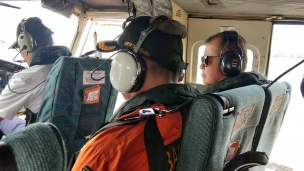 Wagub Sumbar Nasrul Abit saat pencarian 11 Nelayan Air Haji melalui udara
