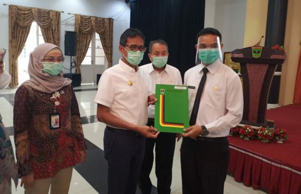 Gubernur Sumbar Irwan Prayitno saat menyerahkan SK kepada pegawai baru
