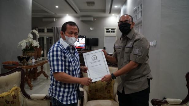 Anggota DPR RI asal Sumbar Andre Rosiade menyerahkan surat kepada Kapolda Sumbar Irjen Pol Toni Harmanto, Kamis (17/6) malam di rumah dinas Kapolda Sumbar, Jalan Rasuna Said, Kota Padang.