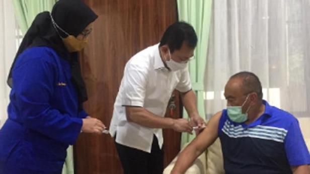 Mantan Menteri Kesehatan Terawan menyuntikkan vaksin nusantara